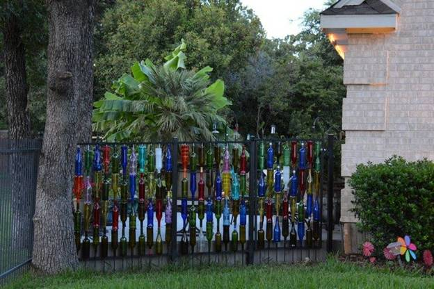 10 amazing ideas for using wine bottles in the garden for How to use wine bottles in the garden