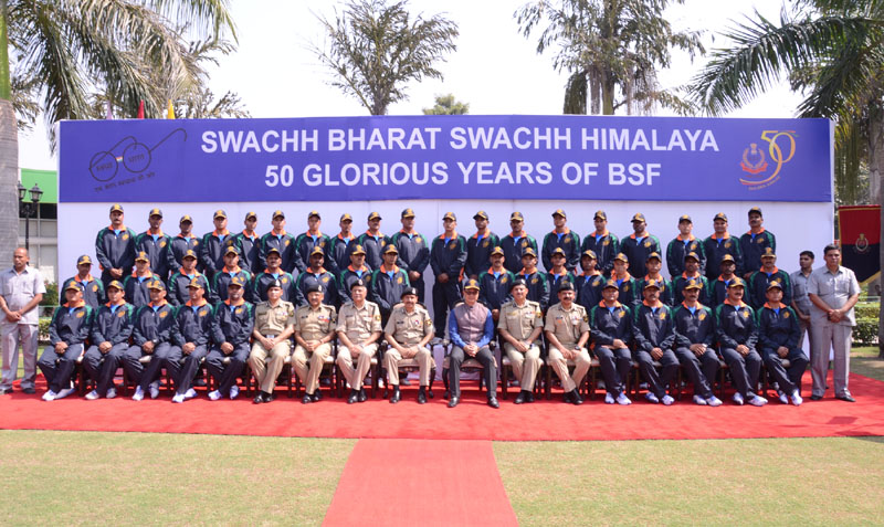 The Minister of State for Home Affairs, Mr. Kiren Rijiju in a group photo of the flagging off ceremony of the 'Swachh Bharat, Swachh Himalaya' campaign of the Border Security Force, in New Delhi on October 12, 2015. The Director General, BSF, Mr. D.K. Pathak is also seen.