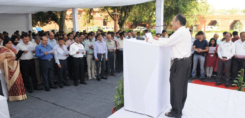 The Secretary (BM), Ministry of Home Affairs, Mr. Anoop Kumar Srivastava administering the pledge on the occasion of Vigilance Awareness Week from 26-31 October, 2015 to the officers and staff of the Ministry, in New Delhi on October 26, 2015.