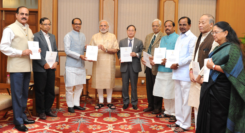 The Prime Minister, Mr. Narendra Modi being presented Report of the Sub-Group of Chief Ministers on Rationalization of Centrally Sponsored Schemes, in New Delhi on October 27, 2015.
