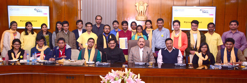 The Minister of State for Development of North Eastern Region (I/C), Prime Minister's Office, Personnel, Public Grievances & Pensions, Department of Atomic Energy, Department of Space, Dr. Jitendra Singh with a group of youth scholars and technocrats who visited him after the conclusion of their 'All-India Good Governance Yatra', organised by the 'Vision India Foundation', in New Delhi on December 18, 2015.