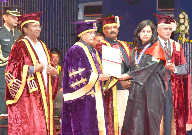 The President, Mr. Pranab Mukherjee presenting the degree to a student at the Diamond Jubilee Celebration and the Convocation of the Birla Institute of Technology, at Ranchi, Jharkhand on January 10, 2016. The Governor of Jharkhand, Mrs. Draupadi Murmu and the Chief Minister of Jharkhand, Mr. Raghubar Das are also seen.