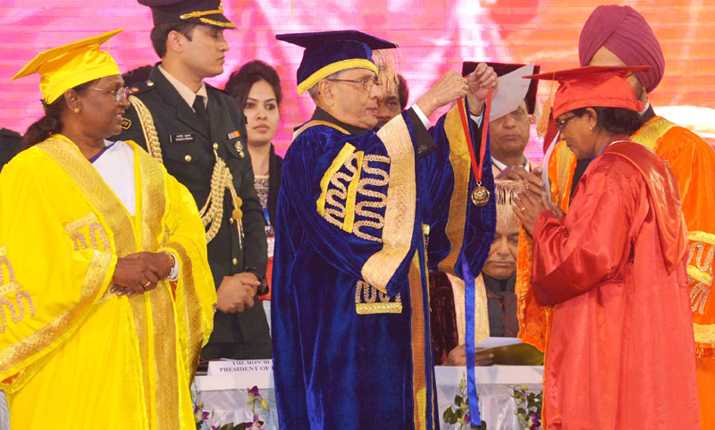 The President, Mr. Pranab Mukherjee presenting the medal, at the 7th Convocation of Vinoba Bhave University, at Hazaribag, in Jharkhand on January 09, 2016.