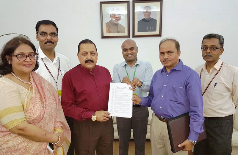 The Minister of State for Development of North Eastern Region (I/C), Prime Minister's Office, Personnel, Public Grievances & Pensions, Department of Atomic Energy, Department of Space, Dr. Jitendra Singh receiving a memorandum from a delegation of medical teachers, in New Delhi on April 11, 2016.