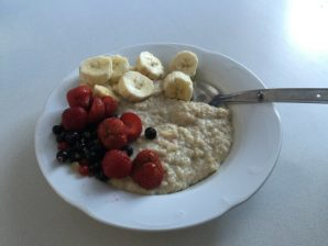 Porridge with banana and berries