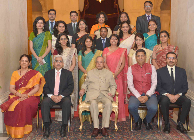 The President, Mr. Pranab Mukherjee with the Officer Trainees of the Indian Economic Service of 2014 (II) Batch, at Rashtrapati Bhavan, in New Delhi on May 10, 2016. The Secretary, Department of Economic Affairs, Mr. Shaktikanta Das and the Chief Economic Adviser, Dr. Arvind Subramanian are also seen.