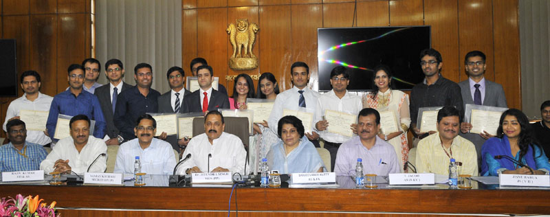 The Minister of State for Development of North Eastern Region (I/C), Youth Affairs and Sports (I/C), Prime Minister's Office, Personnel, Public Grievances & Pensions, Atomic Energy and Space, Dr. Jitendra Singh in a group photograph with the toppers of Civil Services Examination, 2015, in New Delhi on June 01, 2016. The Secretary, DoPT, Mr. Sanjay Kothari and other dignitaries are also seen.