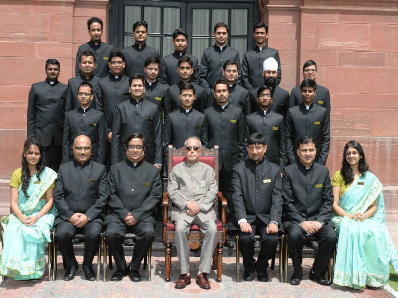 The President, Mr. Pranab Mukherjee with the Officers Trainees of the Indian Engineering Services (IES) of 2015 Batch from CPWD Training Institute, Ghaziabad, at Rashtrapati Bhavan, in New Delhi on June 01, 2016.