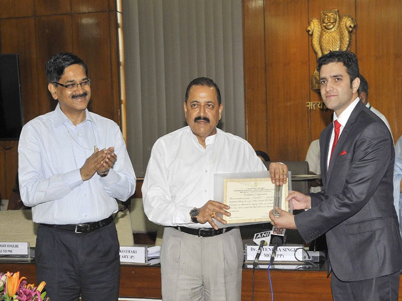 The Minister of State for Development of North Eastern Region (I/C), Youth Affairs and Sports (I/C), Prime Minister's Office, Personnel, Public Grievances & Pensions, Atomic Energy and Space, Dr. Jitendra Singh felicitating Mr. Athar Aamir Ul Shafi Khan, topper of Civil Services Examination, 2015, in New Delhi on June 01, 2016. The Secretary, DoPT, Mr. Sanjay Kothari is also seen.