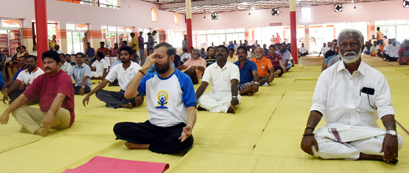 The Minister of State for Environment, Forest and Climate Change (Independent Charge), Mr. Prakash Javadekar performing Yoga along with other participants, on the occasion of the 2nd International Day of Yoga – 2016, organised by the State Govt. (AYUSH Department), at Central Stadium, Thiruvananthapuram on June 21, 2016.