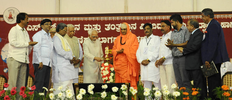 The Vice President, Mr. M. Hamid Ansari lighting the lamp at the inaugural function of JSS Science and Technology University, in Mysuru on July 23, 2016. The Governor of Karnataka, Mr. Vajubhai Rudabhai Vala, the Chief Minister of Karnataka, Mr. Siddaramaiah and HH Jagadguru Mr. Shivarathi Deshikendra Mahaswamiji are also seen.
