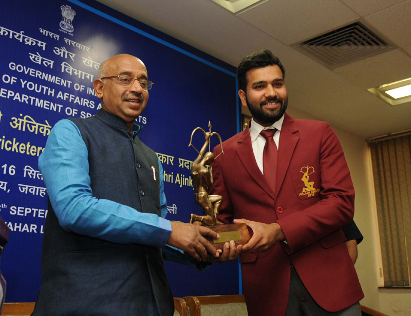 The Minister of State for Youth Affairs and Sports (I/C), Water Resources, River Development and Ganga Rejuvenation, Mr. Vijay Goel conferring the Arjuna Award on Cricketer Rohit Sharma, in New Delhi on September 16, 2016.