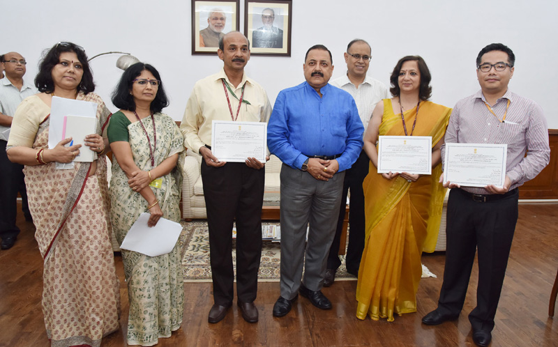 The Minister of State for Development of North Eastern Region (I/C), Prime Minister's Office, Personnel, Public Grievances & Pensions, Atomic Energy and Space, Dr. Jitendra Singh awarded the Certificates of Appreciation to the Ministries/Departments based on their performance in the Centralised Public Grievance Redress and Monitoring System (CPGRAMS), in New Delhi on October 04, 2016.