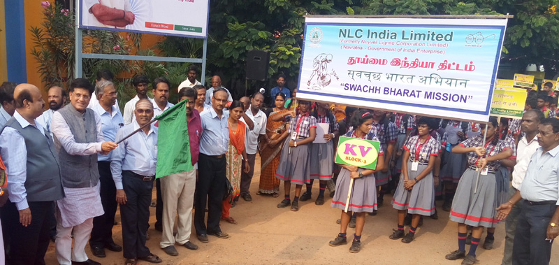 The Minister of State for Power, Coal, New and Renewable Energy and Mines (Independent Charge), Mr. Piyush Goyal flagging off the students' rally at Neyveli Lignite Corporation as part of Swachh Bharat Campaign, in Cuddalore District, Tamil Nadu on October 04, 2016.